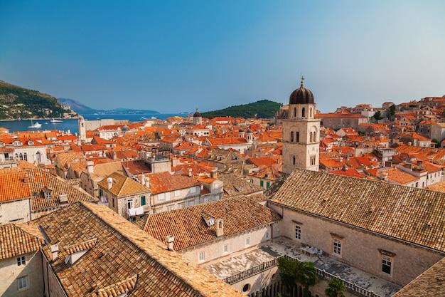 Vista aerea dei tetti di tegole rosse nella città vecchia di dubrovnik, croazia