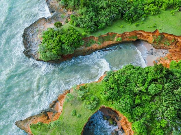 Vista aerea della barriera corallina sulla spiaggia. la vista del mare di bengkulu indonesia