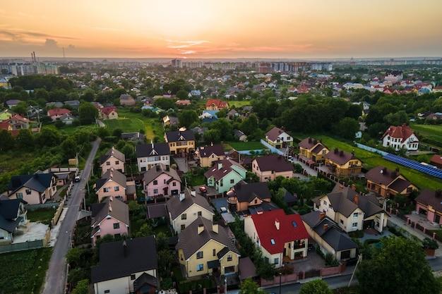 Vista aerea di case residenziali in zona rurale suburbana al tramonto.