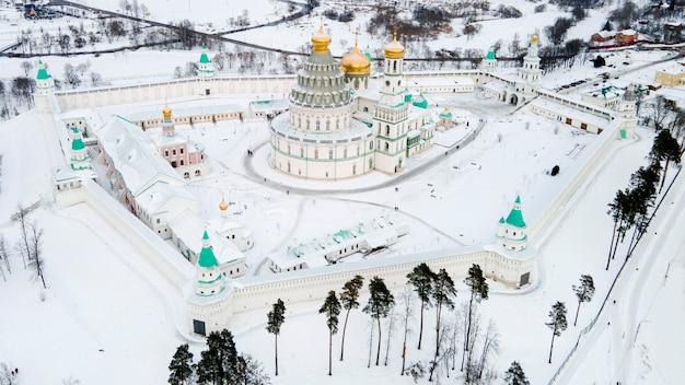 Vista aerea della cattedrale della resurrezione del monastero della nuova gerusalemme. giorno d'inverno regione di mosca distretto istra