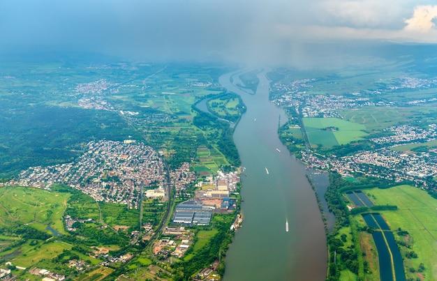 Vista aerea del fiume reno vicino a mainz, lo stato della renania-palatinato in germania
