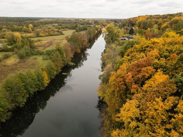Vista aerea del fiume snov in autunno vicino al villaggio di sednev, regione di chernihiv, ucraina