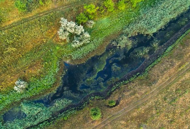 Veduta aerea del corso d'acqua. giornata estiva nuvolosa.