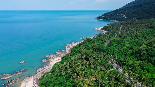 Vista aerea della strada e della spiaggia tra khanom e sichon, nakhon si thammarat, thailandia