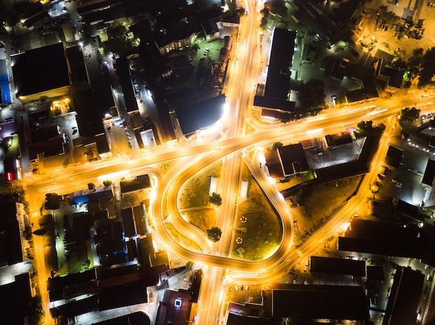 Vista aerea sopra dell'incrocio stradale di notte a sochi, russia 2019
