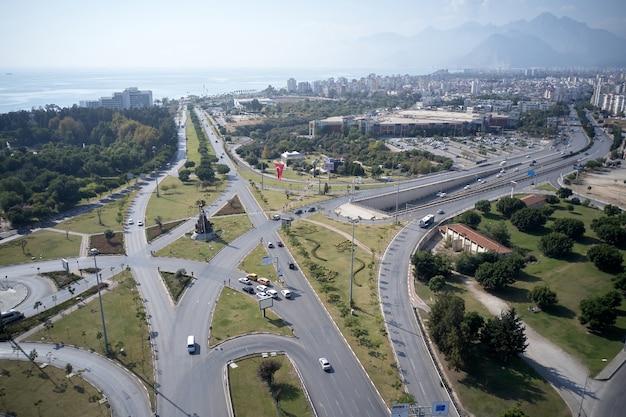 Vista aerea del traffico stradale nella città di antalya, turchia.