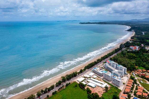 Vista aerea della strada tra l'albero e il grande oceano con cielo blu in thailandia