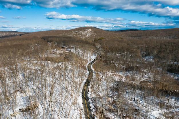 Vista aerea della strada con la foresta nevosa