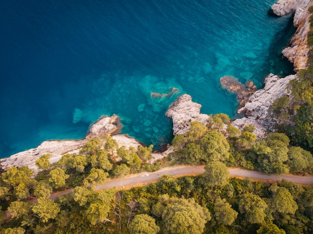 Vista aerea della costa rocciosa del mare adriatico
