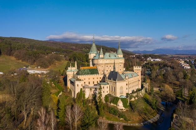Vista aerea del castello europeo medievale romantico a bojnice, slovacchia