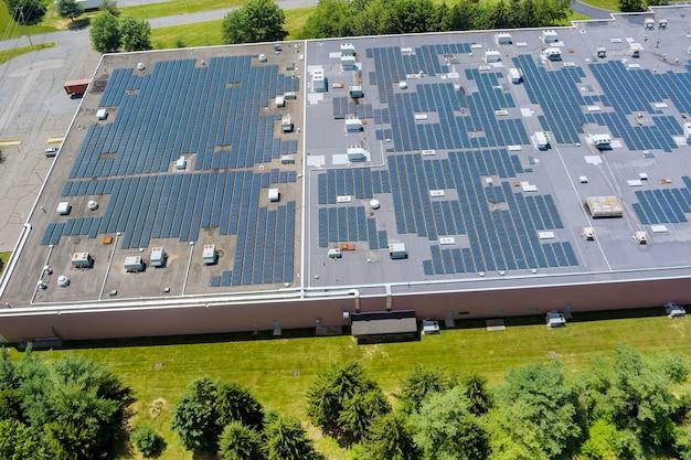 Vista aerea sul tetto con la costruzione di un capannone industriale sull'energia del pannello solare