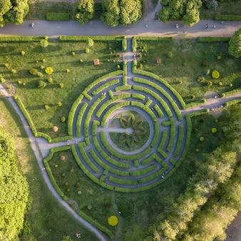 Vista aerea rotonda naturale labirinto nel giardino primaverile.