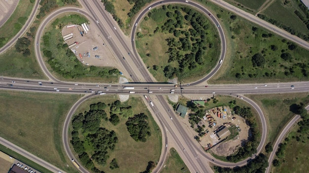 Vista aerea rotonda interscambio di una città, expressway è un'importante infrastruttura.