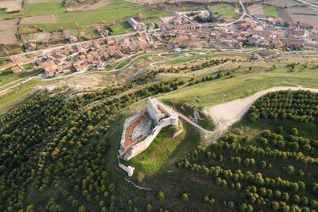 Vista aerea delle rovine di un antico castello medievale a castrojeriz, burgos, spagna ..