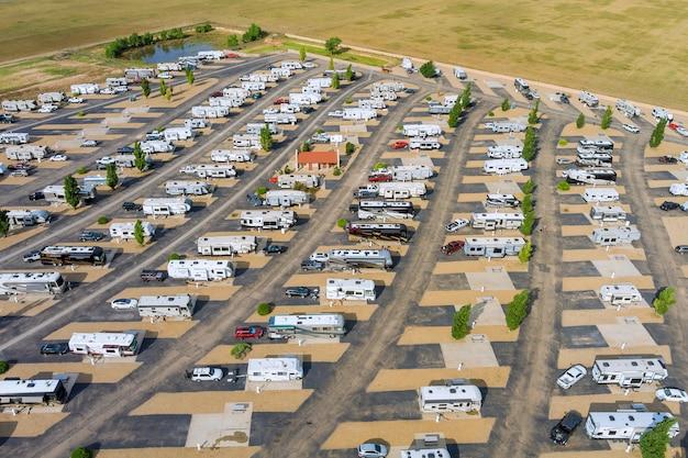 Vista aerea del parcheggio camper camping park resort con travel clubhouse
