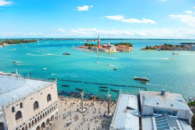 Veduta aerea di piazza san marcus dal campanile. folla di persone che camminano nella città di venezia.