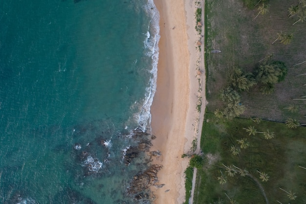 Veduta aerea della spiaggia sabbiosa e dell'oceano con onde che si infrangono sulla spiaggia incredibile paesaggio naturale.
