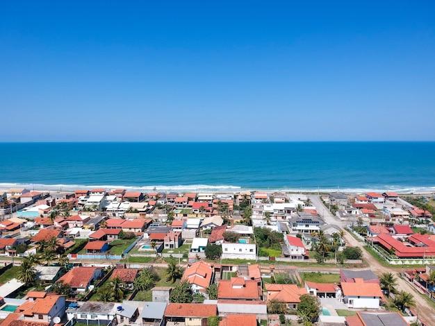 Vista aerea della spiaggia di saquarema e itaãƒâºna a rio de janeiro. famosa per le onde e per la chiesa in cima alla collina. giorno soleggiato. foto del drone.