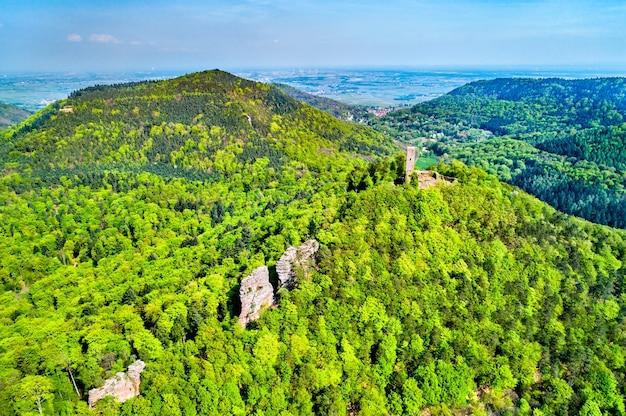 Veduta aerea del castello di scharfenberg nella foresta del palatinato. grande attrazione turistica nello stato tedesco della renania-palatinato