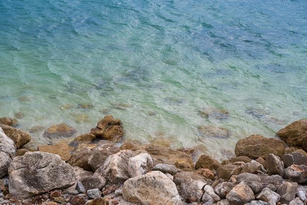 Vista aerea delle onde del mare e fantastiche rocce in estate