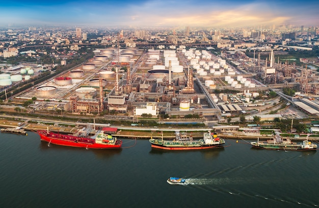 La vista aerea del porto di spedizione e della raffineria di petrolio nella città in riva al fiume prende con il drone