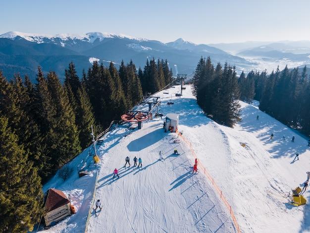 Vista aerea della stazione sciistica con spazio copia piste