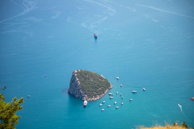 Vista aerea della piccola isola di antalya rat e barche per immersioni nel mar mediterraneo, antalya in turchia
