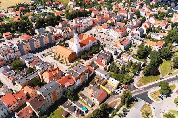 Vista aerea della piccola città europea con strade cittadine ed edifici residenziali