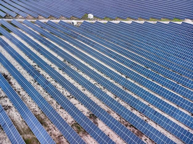 Vista aerea della base del pannello solare nel deserto