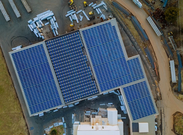 Vista aerea di pannelli solari installati nell'area del capannone industriale sul tetto