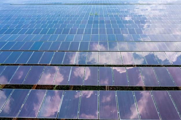 Vista aerea di pannelli solari o celle solari sul tetto in fattoria. centrale elettrica con campo verde, fonte di energia rinnovabile in thailandia