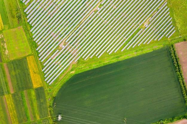 Vista aerea della centrale solare sul campo verde. quadri elettrici per la produzione di energia ecologica pulita.