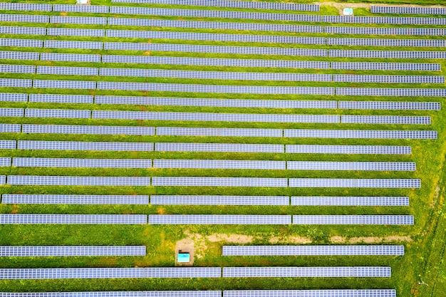 Vista aerea della centrale solare sul campo verde. quadri elettrici per la produzione di energia pulita ed ecologica.