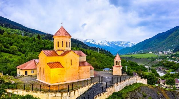 Veduta aerea della chiesa di san nicola a mestia - upper svaneti, georgia