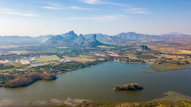 Vista aerea del bacino idrico di sub lek con la montagna