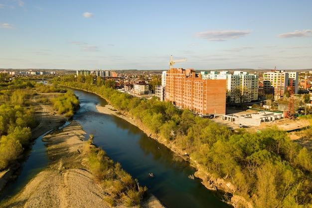 Vista aerea di alti edifici residenziali in costruzione e fiume bystrytsia nella città di ivano-frankivsk, ucraina.
