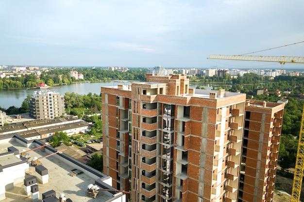 Vista aerea di edifici residenziali alti in costruzione.