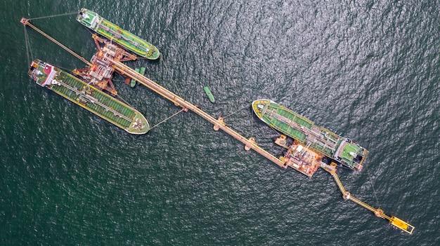 Vista aerea nave cisterna carico e scarico in porto, nave cisterna logistica import export e trasporto con piattaforme offshore, petrolio greggio e terminal gas, braccio di carico petrolio e gas.