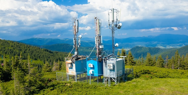 Vista aerea delle torri delle telecomunicazioni e della torre di trasmissione televisiva digitale e analogica in cima alla montagna