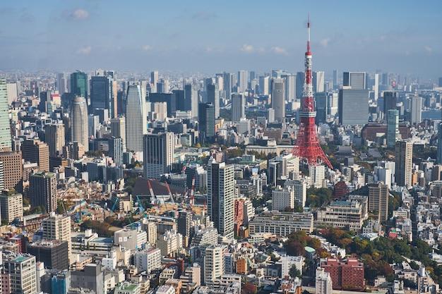 Vista aerea sopra la torre di tokyo e la vista del paesaggio urbano di tokyo da roppongi hills