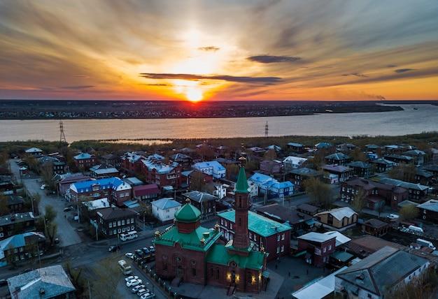 Vista aerea del fiume tom. città di tomsk al tramonto. siberia, russia.