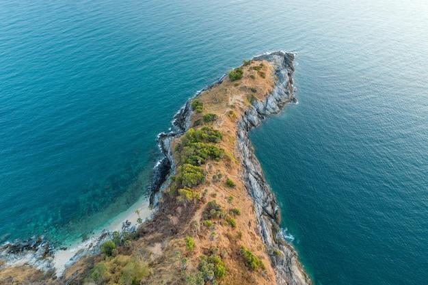 Vista aerea dall'alto verso il basso drone girato di laem promthep cape bellissimo scenario della superficie del mare delle andamane nella stagione estiva a phuket island thailandia natura ed estate concetto di viaggio.