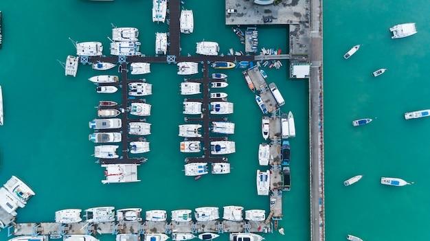 Vista aerea dall'alto verso il basso drone colpo di parcheggio per yacht e barche a vela nel porto di trasporto e concetto di sfondo di viaggio.