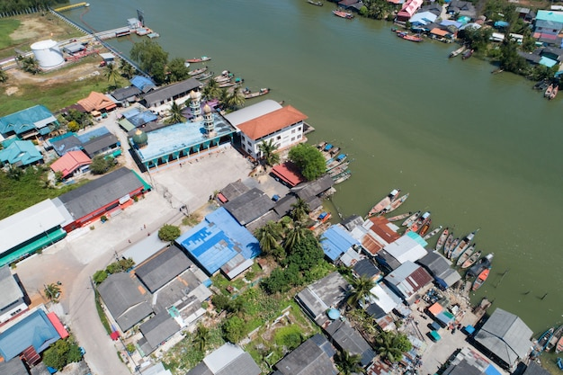 Vista aerea vista dall'alto in basso di un gruppo di pescherecci o barche in un villaggio di pescatori drone vista sopra il villaggio di pescatori.