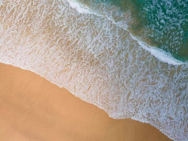 Vista aerea vista dall'alto in basso spiaggia topica in giornata di sole