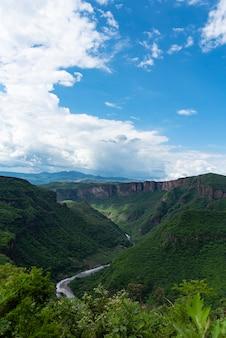 Vista aerea sulla cima della montagna di barranca de huentitan nella città guadalajara messico