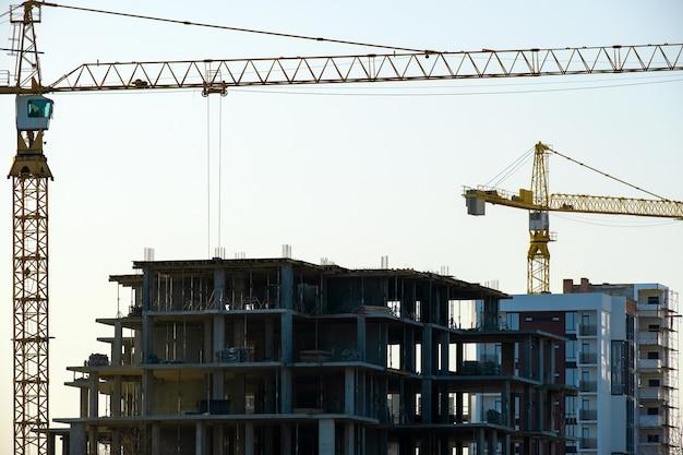 Vista aerea di gru a torre e condomini residenziali in costruzione. sviluppo immobiliare.