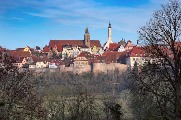 Vista aerea della cinta muraria, pittoresche facciate colorate e tetti della città vecchia medievale di rothenburg ob der tauber, baviera, germania