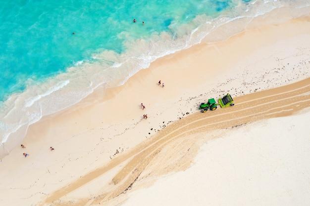 Vista aerea del trattore che pulisce la spiaggia dalle alghe