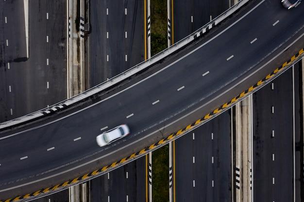 Autostrada e tangenziale dell'autostrada senza pedaggio del trasporto dell'automobile di traffico di vista aerea alla sera